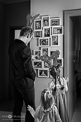 Młodzi ludzie i stare fotografie (fotonka.pl) Tags: portraits portrait funny art fun wilgosz wwwkochamylaurepl blog rodzina family familyphoto familyphotographer familyphotography familyphotos kids kid kidsphotos kidsphoto kidsphotographer kidsphotography children child childrenphotographer childrenphotos childrenphotography childrenphoto childhood photography photographer photo photos people ludzie dzieci dziecko dziecinstwo babyphotos babyphoto baby canon canoneos6d memories childmemories childhoodmemories bw bwphoto bwphotos blackandwhite black blackandwhitephotography blackandwhitephotos blackandwhitephoto monochrome december smile happy happyness winter winterwonderland winterworld indoor hallo welcome oldphotos