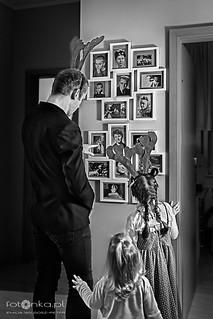 Młodzi ludzie i stare fotografie