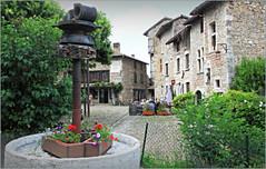 Place du Tilleul, Pérouges, Ain, Auvergne-Rhône-Alpes, France (claude lina) Tags: france auvergnerhônealpes claudelina pérouges ain village maisons house placedutilleul