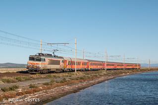 La BB 7405 assure un TER Avignon - Cerbère avec la rame rouge dédiée