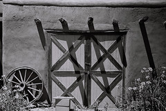Blumenschein House (bingley0522) Tags: leicaiiic leicasummaron35mmf35ltm xp2 taos newmexico blumenscheinhouseandmuseum shadows ordinarythings commonplacethings autaut southwest