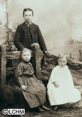 GN5251 (Lane County History Museum) Tags: lanecountyhistoricalmuseum lanecountyhistorymuseum vintage historicalphoto digitalcollection portraits groupportrait settlers pioneers children family siblings