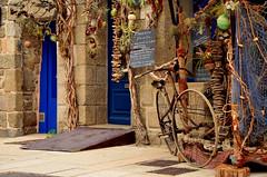 Concarneau (Massimo Frasson) Tags: francia france bretagna bretagne breizh bzh finistère concarneau centrostorico oldcity pittoresco architettura arte medioevo porta pianta giardino ingresso negozio bicicletta curiosità