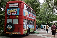 """""""Old Lisbon transportation bus"""" (Carris Company) transformed in a marketing tool called """"Ovo bus"""" : """"Come to get acquainted with happy eggs"""""""