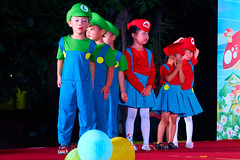 Happy Day Kindergarten Graduation 241 (C & R Driver-Burgess) Tags: stage platform ceremony parent mother father teacher child kids boy girl preschooler small little young pretty pink bunny mario luigi overallssing dance celebrate dress skirt red white blue bowtie 台 爸爸 妈妈 父亲 母亲 父母 儿子 女儿 孩子 幼儿 粉红色的 衬衫 短裤 篮球 跳舞 唱歌 漂亮 帅 好看 小 people gauzy compere 打篮球 短裤子 黑 红 tamronspaf2875mmf28xrdildasphericalif 6 5 4 yrsold text writing sign balloons ballet tights group lean reach 同学 班 tutu 兔子