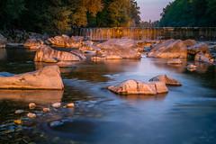 Abkühlung in der Emme (uhu's pics) Tags: fuji fujifilm natur schweiz emmental bern emme fluss wasser steine rot blau ruhig abendstimmung abendrot sonnenuntergang