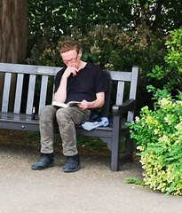 The Reader (Bury Gardener) Tags: suffolk streetphotography street streetcandids candid candids people peoplewatching folks snaps 2018 strangers burystedmunds england eastanglia uk britain abbeygardens huaweip20pro huawei