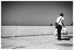 Menos es Mas (Matías Brëa) Tags: calle street streetphotography blancoynegro blackandwhite byn bw bnw persona person gente people cotidiano day dia