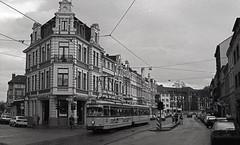 Bonn 212 Linie 1  Kölnstraße (peter.velthoen) Tags: haltestelle rosental bonn neg21288 kölnstrase architectuur deutsland zwartwit blackandwhite ilfordfp4 amaloco nikkormatft2 212282 linie1 gebäude eckhaus tram gebouw hoekpand hoekhuis straat tramrails strase strasenbahnschienen