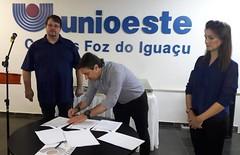 Assinatura do contrato com a empresa que vai concluir as obras do bloco da pós-graduação do campus da universidade em Foz do Iguaçu. (06/07/2018)