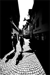 000561 (la_imagen) Tags: sw bw blackandwhite siyahbeyaz monochrome street streetandsituation sokak streetlife streetphotography strasenfotografieistkeinverbrechen menschen people insan light shadow licht schatten gölge ışık silhouette silhuette siluet lindau lindauimbodensee bodensee laimagen lakeconstanze lagodiconstanza lagodeconstanza