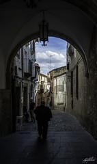 paseando en Trujillo (la mirada del licantropo ( Ángel Martínez )) Tags: people gente paseo calle robado urbana hombre sombre shadow calleja street
