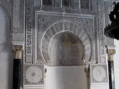 Mirhab de la salle de prière, médersa Attarine (début XIVe siècle), Talaa Kbira, médina de Fès el Bali, Fès, Maroc. (byb64) Tags: fès fez فاس ⴼⴰⵙ fas fèsmeknès maroc morocco marruecos المغرب ⵍⵎⵖⵔⵉⴱ royaumedumaroc marokko marocco médina medina vieilleville oldtown cascohistorico altstadt fèselbali unesco unescoworldheritagesite toits techos ville city citta ciudad town stadt talaakbira médersa madrassa xive 14th moyenage medioevo middleages edadmedia école université mérinides stuc calligraphie zellige tesselles cèdre marbre salledeprières arcoutrepassé cour courtyard attarine medersaattarine salledeprière qibla mirhab