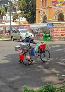 Buntes Treiben vor dem Hauptpostamt von Saigon...