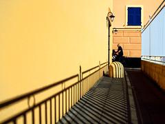 Un passaggio (meghimeg) Tags: 2018 lavagna passaggio passage vicolo alley uomo man bici bike bicicletta giallo finestra yellow window fencefriday