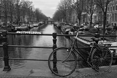 Bike & Boats (ralcains) Tags: amsterdam nederlands bike bicicleta blackwhite bw blancoynegro schwarzweis noiretblanc monochrome monocromo monochromatic monocromatico ngc calle fotografiadecalle street streetphotography