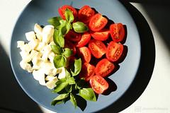 caprese a la casa 3 (photos4dreams) Tags: insalata caprese tomaten mozzarella tomatoes pomodori photos4dreams p4d photos4dreamz salat abendessen meal basilikum balsamico olivenöl olio basilicum basil