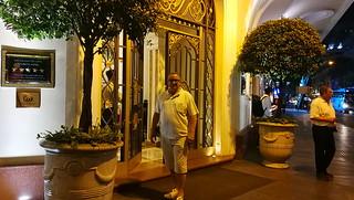 Vor dem Majestic Hotel...