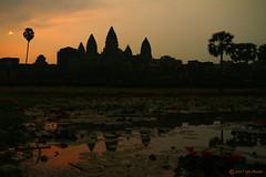Dawn in Angkor Wat (ItBep5) Tags: angkorwat temple cambodia sunrise dawn sun tower hindu buddhism monument khmer vishnu meru religion