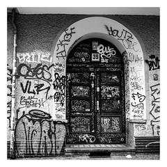 Tür (rudeskull) Tags: grafiti tür door ostberlin germany berlin blackandwith bw street schwarzweis streetart hasselblad mittelformat rollfilm120 blaufilter ilford fp4 film samariterstrase friedrichshain noiretblanc bianconero blanconegro
