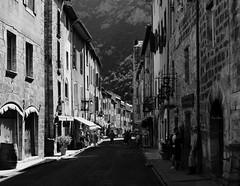 dans la ville fortifiée - in the fortified city (vieux rêveur) Tags: street rue ville town city nb bw bn noir negro black blanc blanco white noiretblanc fenêtre window ngc