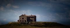 A House in Tuscany (Beppe Rijs) Tags: 2018 italien juli sommer toskana italy july summer tuscany gras gebäude himmel feld