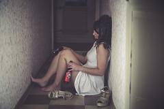 Lola (www.michelconrad.fr) Tags: jaune rouge bleu canon eos6d eos 6d ef24105mmf4lisusm 24105mm 24105 femme modele portrait studio noir pose robe couloir melancolie chaussures blanc porte