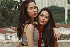 Pri and Dri (TheJennire) Tags: photography fotografia foto photo canon camera camara colours colores cores light luz young tumblr indie teen adolescentcontent friends people girls frenchstyle summer red makeup 2018 sp sãopaulo closeup fashion style sunlight naturallight