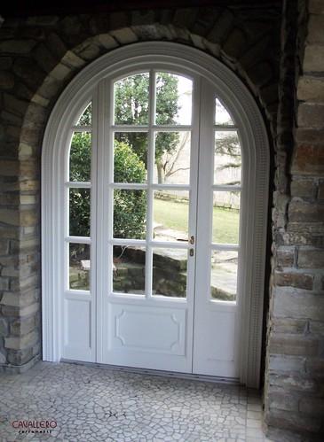 Portafinestra in legno ad arco con inglesina e fissi laterali a vetro
