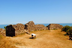 Exterior walls of Hastings Castle (zawtowers) Tags: hastings east sussex seaside town resort historic 1066 centre saturday 14th july 2018 warm sunny blue skies sunshine hastingscastle built destroyed 1399 keep bailey ruins remnants stone cliff top edge exterior walls steep drop no mercy