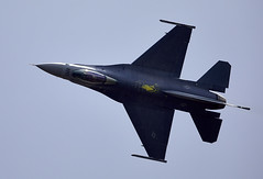 F-16 Falcon (Bernie Condon) Tags: fbo farnborough airshow display flying aircraft aviation f16 lm lockheed martin falcon fightingfalcon fighter bomber military warplane usaf unitedstatesairforce us usafe