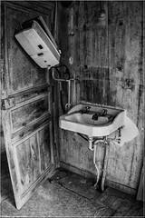 un p'tit brin de toilette (Fotomaniak 53) Tags: adandonné rurex nb wb lavabo chauffeeau salle deau vieux vintage manoir