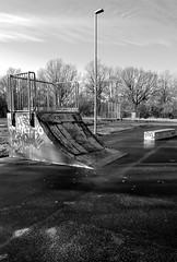Skaterbahn (1) / Skateboarding course (1) (Lichtabfall) Tags: skateboard skaterbahn blackandwhite bw buchholzidn buchholz sw schwarzweiss monochrom monochrome einfarbig