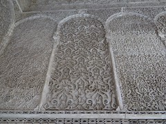 Décor de stuc, médersa Attarine (début XIVe siècle), Talaa Kbira, médina de Fès el Bali, Fès, Maroc. (byb64) Tags: fès fez فاس ⴼⴰⵙ fas fèsmeknès maroc morocco marruecos المغرب ⵍⵎⵖⵔⵉⴱ royaumedumaroc marokko marocco médina medina vieilleville oldtown cascohistorico altstadt fèselbali unesco unescoworldheritagesite toits techos ville city citta ciudad town stadt talaakbira médersa madrassa xive 14th moyenage medioevo middleages edadmedia école université mérinides stuc calligraphie zellige tesselles cèdre marbre salledeprières arcoutrepassé cour courtyard attarine medersaattarine