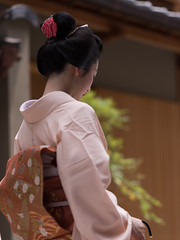 Scene of the ancient city (byzanceblue) Tags: kyoto maiko geisha geiko kagai miyagawacho japan japanese woman girl female beauty cute beautiful 宮川町 京都 kimono gion dance lovely 舞妓 舞踊 traditional kanzashi formal 祇園 black 花街 white color colour flower nikkor background people photo portrait professional lady lovery 芸妓 着物 bokeh red traditonal summer