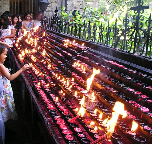 Philippinen  菲律宾  菲律賓  필리핀(공화국) Pinoy Filipino Pilipino Buhay  people pictures photos life life Philippines, rural, traditional, woman candles church religion Basilica Menor del Sto. Niño, Cebu City