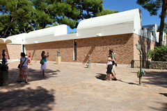 Fondation Maeght, spot the tourists (Guillaume Laurent) Tags: art museum exhibition frenchriviera fondationmaeght