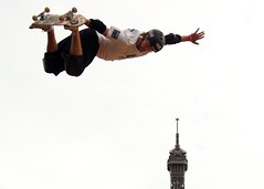 (Hughes Lglise-Bataille) Tags: paris france color tower sports topf25 topf50 action air extreme olympus eiffel 2006 lg skate skateboard e500 topv1000 newlight festivalparis