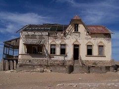 Kolmanskop Ghost Town (geoftheref) Tags: africa old travel hot building de la town interestingness interesting sand flickr desert ghost edificio sunny il safari afrika costruzione namibia derelict btiment gebude edifcio bouw  frica namibie lafrique kolmanskop namibi thebiggestgroup  geoftheref nambia dellafrica  afrikasafari