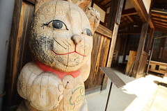 Maneki Neko   ---Beckoning cat--- (Teruhide Tomori) Tags: 招き猫 まねきねこ beckoningcat manekineko mino gifu japan japon tradition shop store cafe house architecture construction 木造建築 伝統 岐阜 美濃 日本