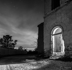 La Puerta II (Yorch Seif) Tags: nocturna nocturnal largaexposicion longexposure lightpainting d7500 tokina1116 ledlenser minimaglite cielo edificio