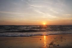 Am Strand (Lilongwe2007) Tags: deutschland sonnenuntergang strand wasser spiegelung farben mecklenburgvorpommern poel timmendorf wellen brandung meer ostsee ozean horizont sonnne abend dämmerung