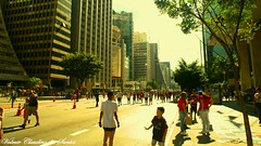 Walking on the street - Caminhando pela rua (VCLS) Tags: vcls brasil brazil sãopaulo avenida avenue avpaulista avenidapaulista rua street streetshot valmir valmirclaudinodossantos people pessoas predio building candid urbano urban sun sol light luz