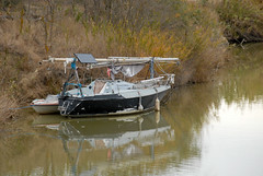 Fatigué. (maxguitare1) Tags: eau agua acqua water nikon gard france rivière rio river fiume bateau barco boat calme sérénité voilier