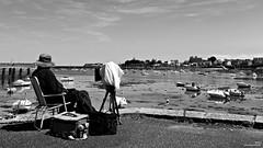 Le photographe (Un jour en France) Tags: monochrome photographe mer bateau port