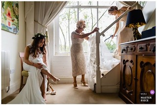 A little #moment from Amanda's bridal prep 💜and an award from @weddingphotojournalists 🎉💜 . . #realmoments #reportageweddingphotography #documentaryweddingphotography #documentaryweddingphotographer #momentsovermountains #li