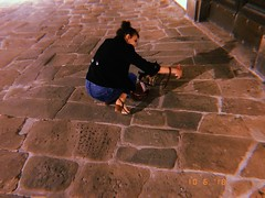 Martina, selfie con il gatto. (lauratintori) Tags: night duringthenight lauratintoriph woman girl girlandcat detail details pointofview aroundlucca selfiewiththecat cat friend pic picture photography photo hujicam iphonephotography iphonephoto