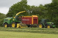 John Deere 8600 SPFH topping off a Schuitemaker Rapiide 520 Silage Wagon drawn by a John Deere 6155R Tractor (Shane Casey CK25) Tags: john deere 8600 spfh topping off schuitemaker rapiide 520 silage wagon drawn 6155r tractor rathcormac traktor traktori trekker tracteur trator ciągnik silage18 silage2018 grass grass18 grass2018 winter feed fodder county cork ireland irish farm farmer farming agri agriculture contractor field ground soil earth cows cattle work working horse power horsepower hp pull pulling cut cutting crop lifting machine machinery nikon d7200