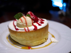 Souffle Pancake with Strawberries (Long Sleeper) Tags: sweets dessert food cafe hoshinocoffee 星乃珈琲店 pancake pancakes soufflepancake icecream fruit strawberry strawberries strawberrysauce maplesyrup tachikawa tokyo japan dmcgx1
