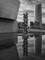 El gran árbol y el ojo, Guggenhein, Bilbao, Spain (Angel Talansky) Tags: bilbao guggenheim bolasdelguggenheim reflection reflejos museoguggenheim bilbaomuseum museum abandoibarra art arte escultura